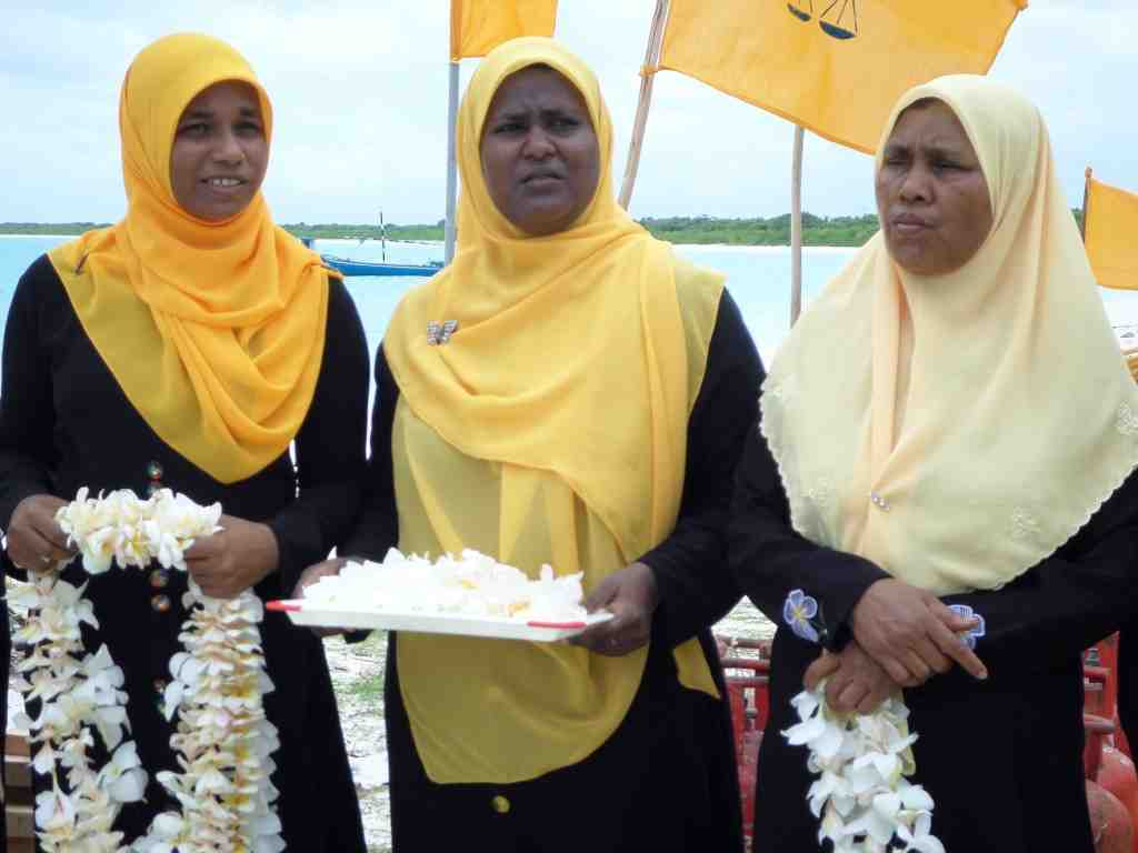 Nasheed's Filladhoo supporters wait